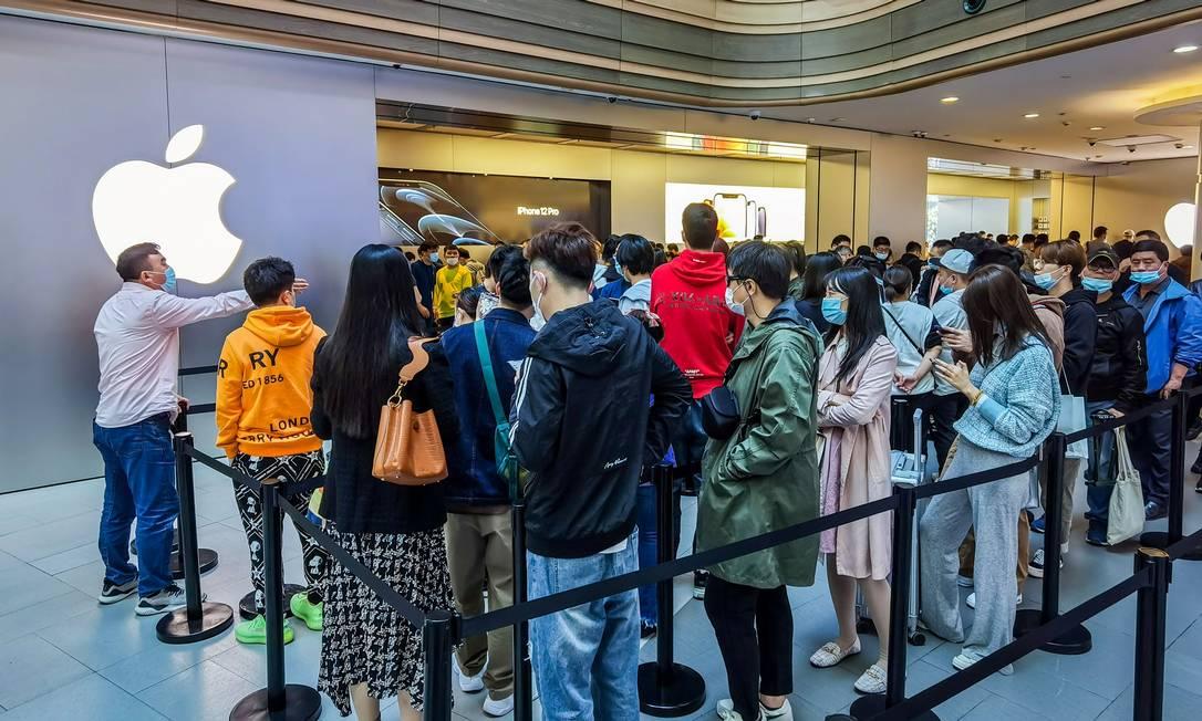 Fila para a compra do iPhone 12 em Xangai Foto: AFP