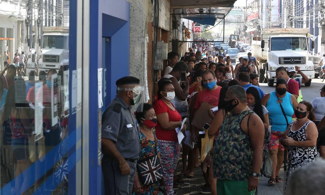 Fila em agência da Caixa Econômica para receber o auxílio emergencial Foto: Pedro Teixeira