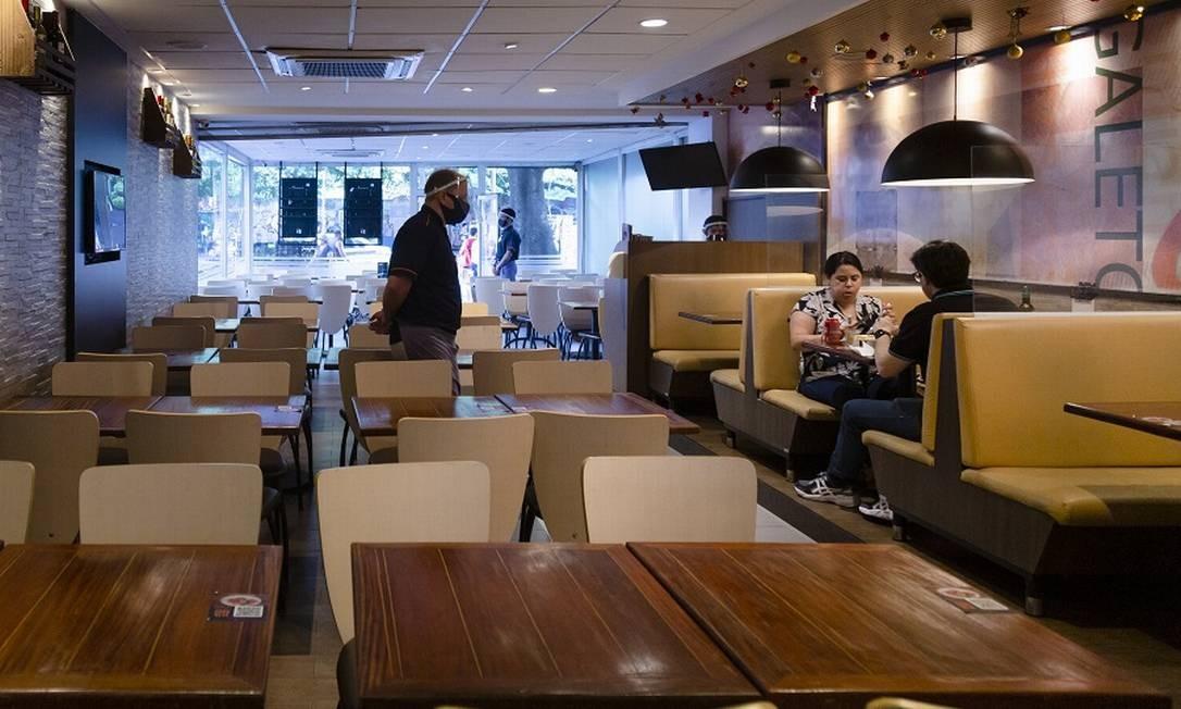 Segunda onda de Covid afetou o comércio no fim de ano. Na foto, o restaurante Bom Galeto, no Catete Foto: Leo Martins / Agência O Globo