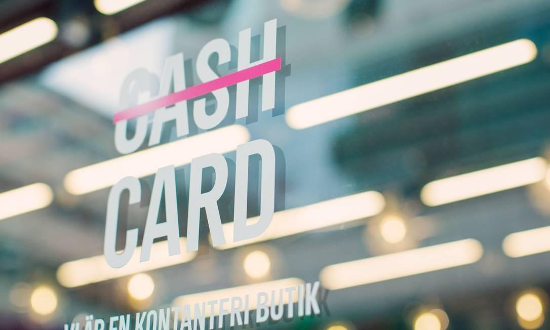 """Uma placa em uma janela se traduz como """"somos uma loja sem dinheiro"""" em uma loja em Estocolmo, Suécia Foto: Erika Gerdemark / Bloomberg"""