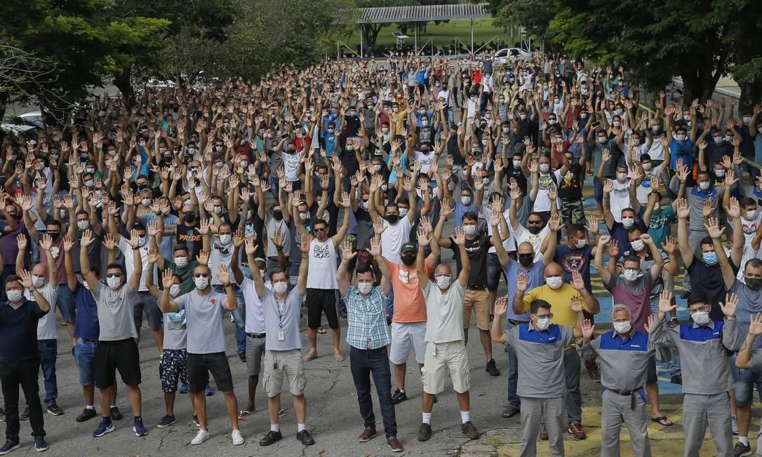 Trabalhadores fazem protesto contra fechamento da fábrica da Ford em Taubaté (SP) Foto: Edilson Dantas / Agência O Globo