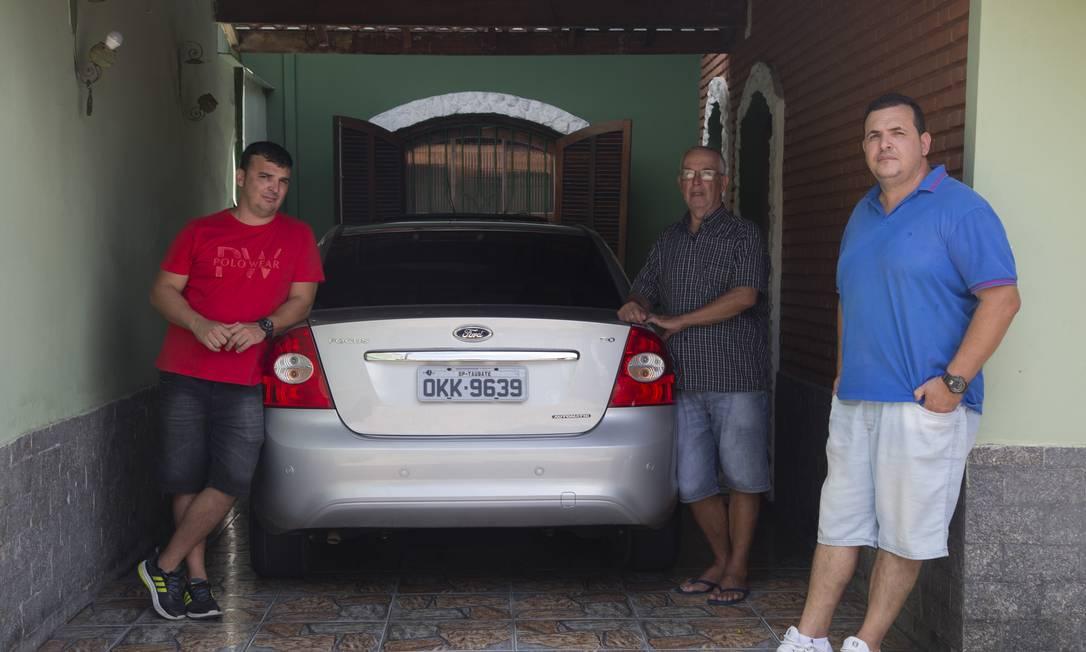 Marcelo (à esquerda), João e Márcio de Carvalho: uma família moldada pelo trabalho na fábrica da Ford Foto: Edilson Dantas / Agência O Globo