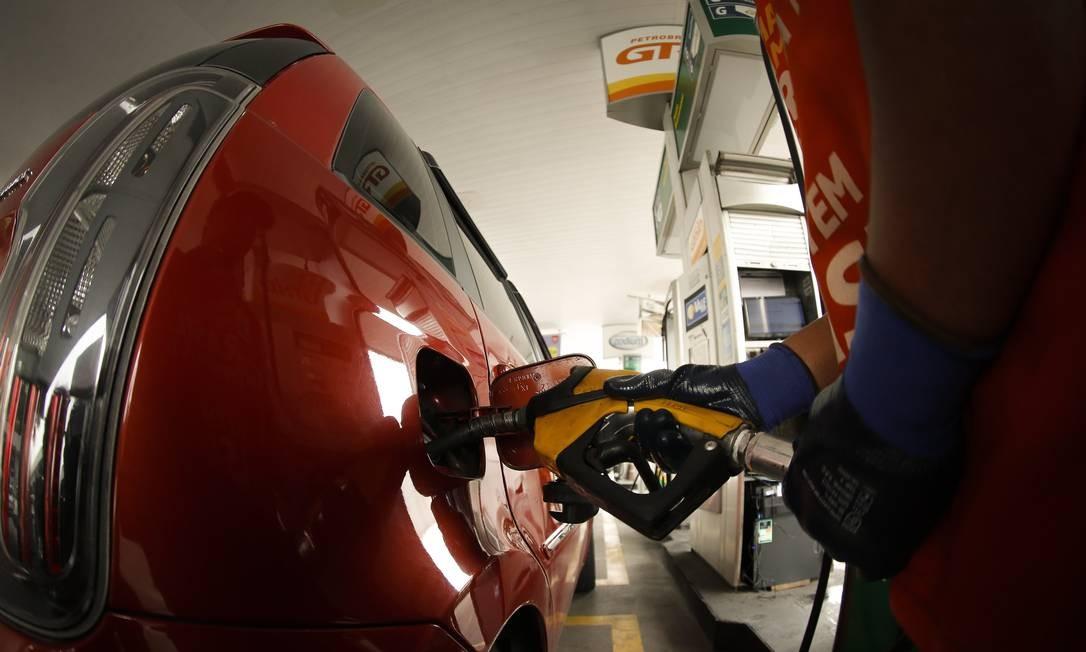 Nas bombas: Importadores afirmam que a Petrobras vende às refinarias com preços abaixo dos cobrados no exterior Foto: Pablo Jacob / Agência O Globo
