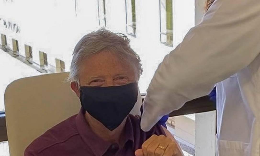 O bilionário americano Bill Gates, de 65 anos, toma a primeira dose da vacina contra a Covid-19 Foto: Reprodução