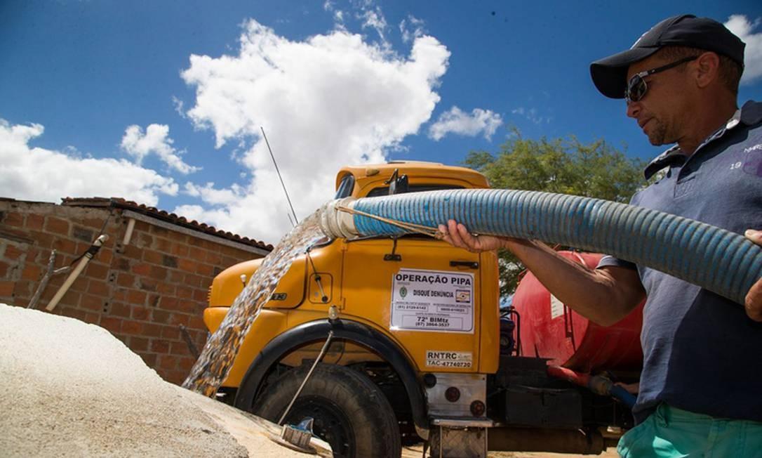 Operação Carro-Pipa (OCP), mantida pelo Ministério do Desenvolvimento Regional (MDR). Distribuição de água no semiárido por acabar Foto: Agência O Globo