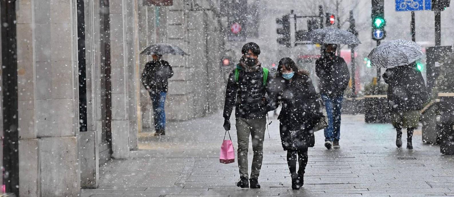 Auxílio. Governo cogitou pagar para que britânicos fiquem em casa equando apresentarem sintomas de Covid-19 Foto: AFP