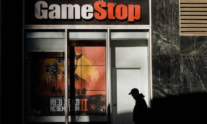 Pequenos investidores alteraram a trajetória do valor das ações da varejistas de jogos GameStop, levando grandes fundos a prejuízos milionários Foto: GABRIELA BHASKAR / The New York Times