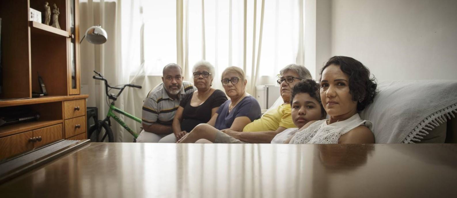 Retrocesso: A esteticista Adria Rodrigues (à direita) perdeu seu negócio. Com o marido desempregado, a casa só tem a renda dos pais deles, que estão aposentados Foto: Márcia Foletto / Agência O Globo