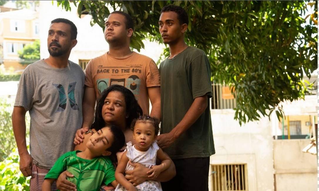 André Pacheco e a mulher com filhos e neta: sem renda da feira, família buscou auxílio emergencial Foto: Roberto Moreyra/Agência O Globo