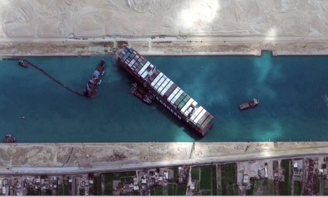 Vista aérea do cargueiro Ever Given, que continua encalhado no Canal de Suez Foto: Reuters