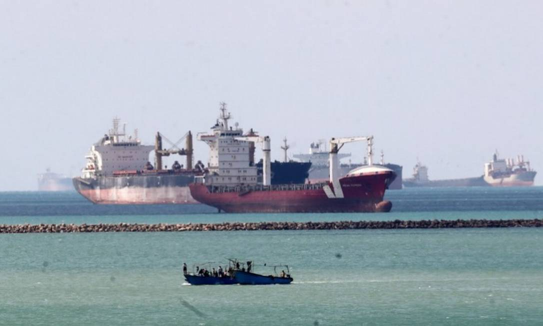 Navios e barcos são vistos na entrada do Canal de Suez, que foi bloqueado pelo navio porta-contêiner encalhado Ever Given, que continua encalhado Foto: Reuters