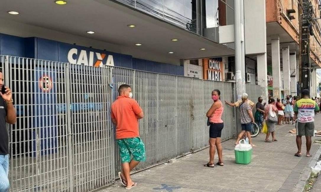 Fila em frente à agência da Caixa no bairro de Casa Amarela, na Zona Norte do Recife Foto: Reprodução/TV Globo