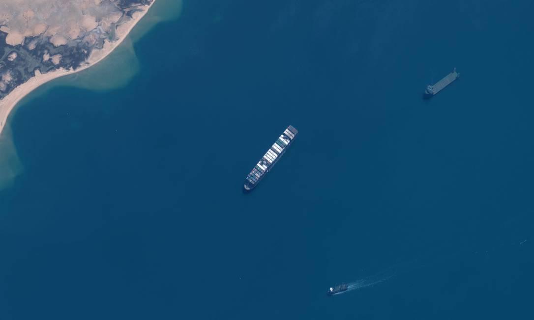 Imagem de satélite divulgada pela Maxar Technologies mostra uma visão geral do porta-contêiner Ever Given estacionado na área do Great Bitter Lake, no Canal de Suez Foto: Tom Willians / AFP