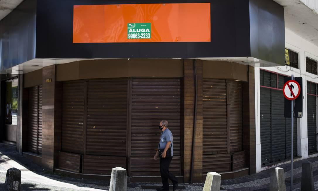 Comércio fechado no Centro do Rio, onde vários estabelecimentos encerraram as atividades por conta da pandemia: governo deve reeditar o Pronampe Foto: Guito Moreto / Agência O Globo