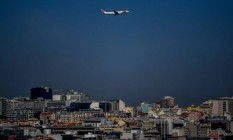 Avião sobrevoa Lisboa Foto: Patrícia de Melo Moreira/AFP