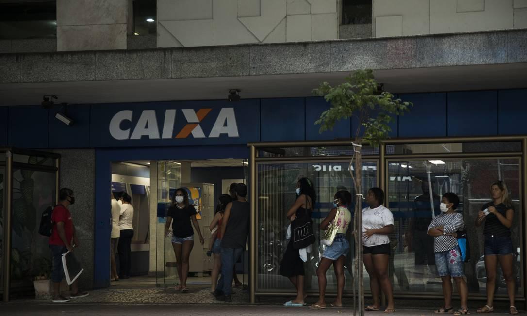 Agência da Caixa: Nova rodada do auxílio emergencial, com valor médio de R$ 250, começou em abril e termina em setembro, mas equipe econômica já admite a possibilidade de prorrogar repasses Foto: Guito Moreto / Agência O Globo