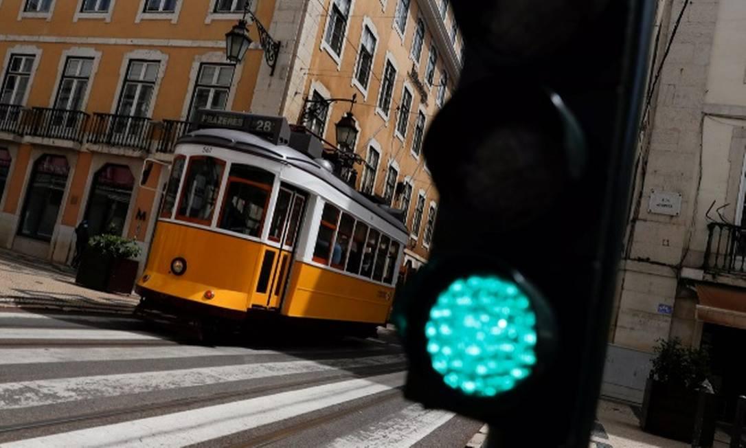 Bondinho circula próximo à Rua Augusta, em Lisboa Foto: Pedro Nunes/Reuters