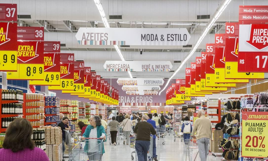 A alta de preços no Brasil já supera os dois dígitos e comprime o orçamento das famílias. Foto: Arquivo