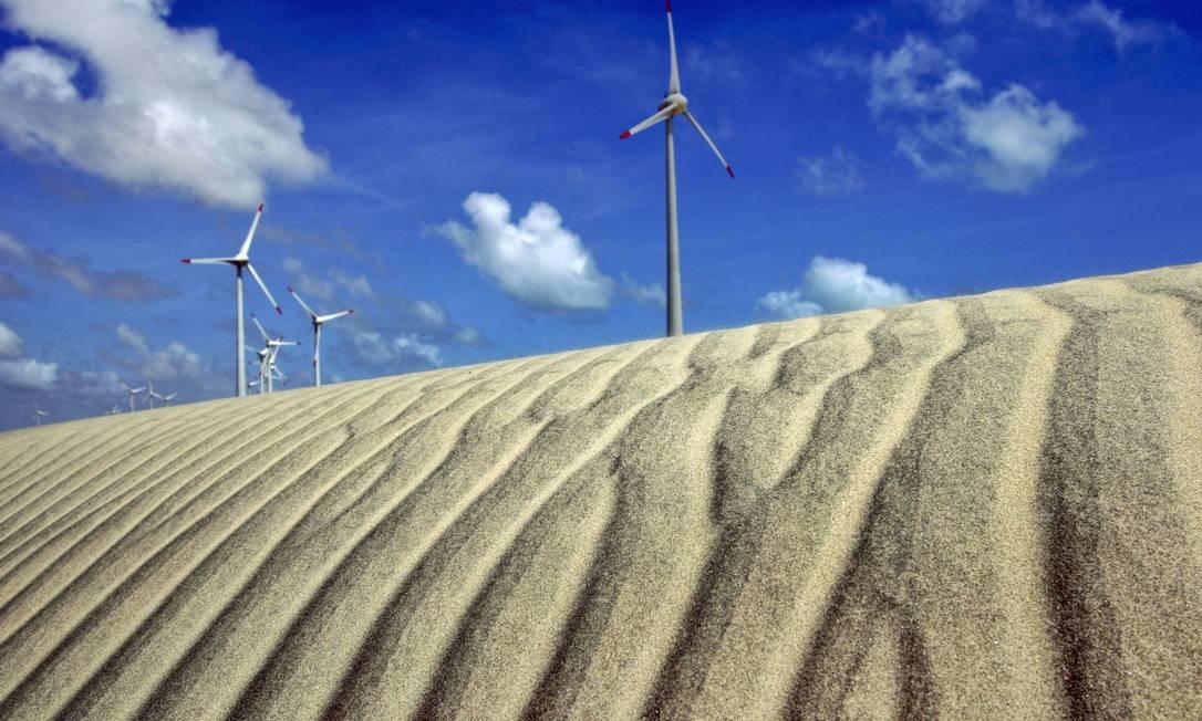 Aerogeradores produzem energia elétrica nas dunas de Beberibe, no Ceará, no parque eólico implantado pelo grupo GDF Suez: intermitência é ainda um limitador de fontes limpas Foto: Adriano Machado / Bloomberg