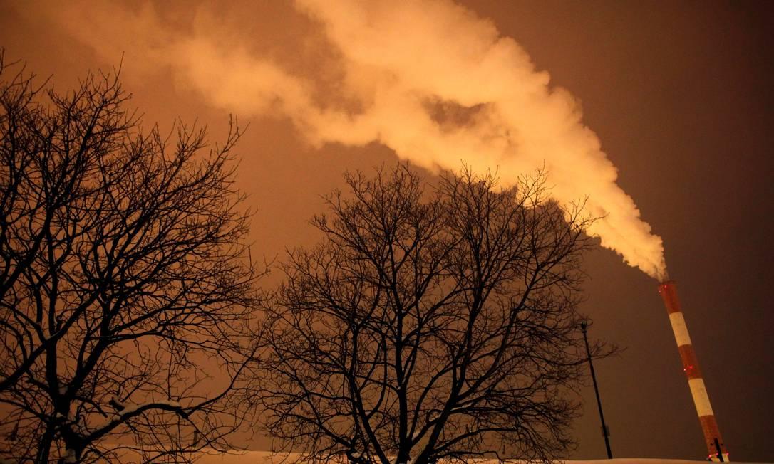 Chaminé de usina termelétrica em Belgrado, na Sérvia: a redução do uso de carvão e óleo combustível na geração de energia tem um papel decisivo na redução dos efeitos das mudanças climáticas Foto: Marko Djurica / REUTERS