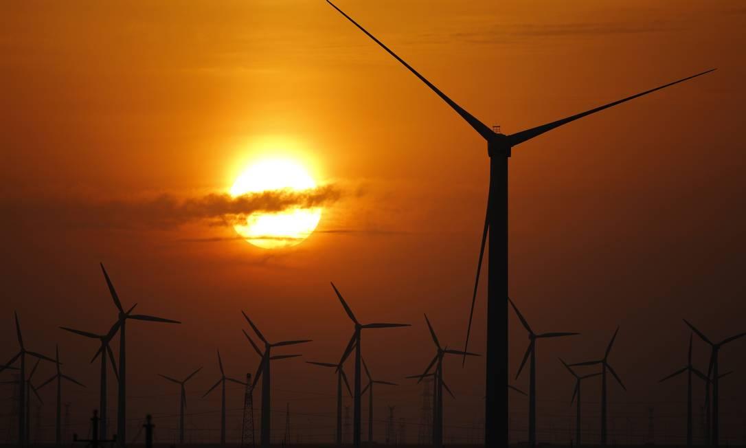 Aerogeradores em uma fazenda na China, país que está investindo pesado na energia eólica Foto: Carlos Barria / Reuters
