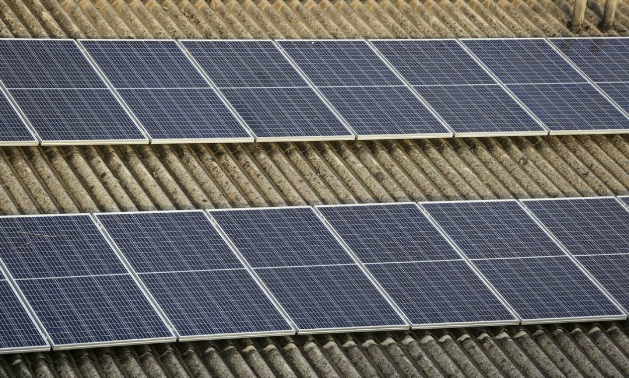 Placas de energia solar no teto da Cadeg, Mercado Municipal do Rio de Janeiro. Vinte por cento da expansão foram nos telhados Foto: Gabriela Fittipaldi / Agência O Globo