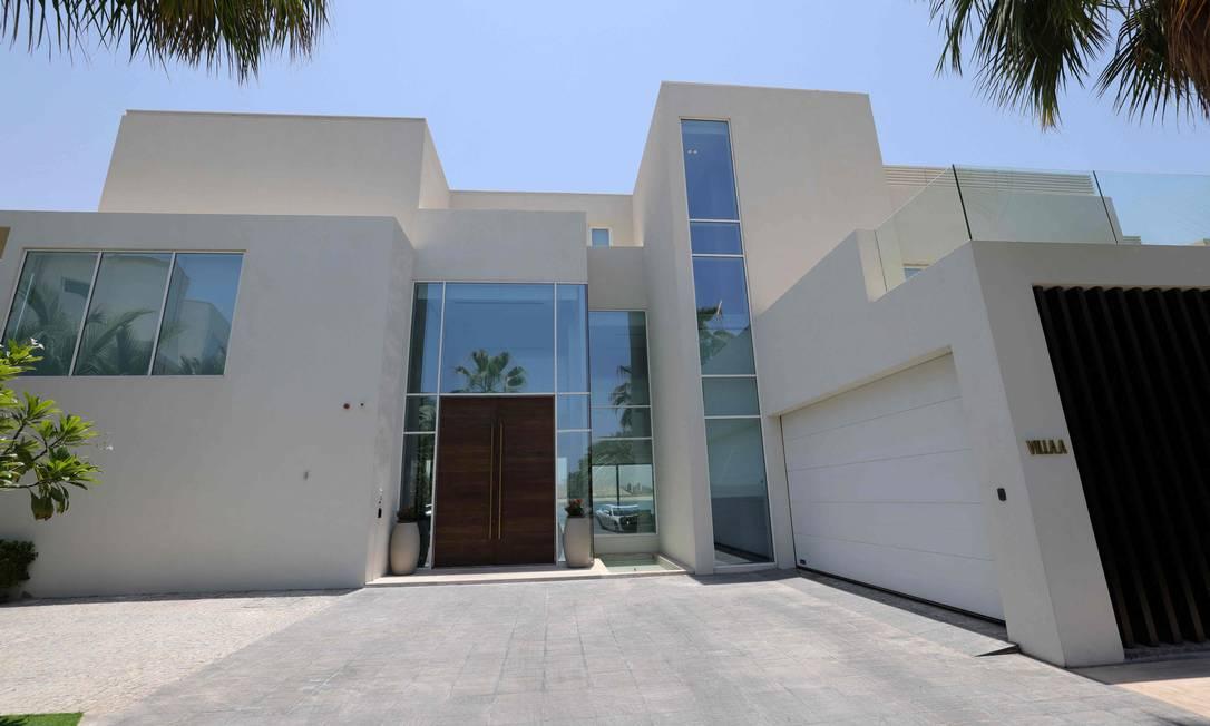Entrada de uma villa de luxo, em estilo italiano, à venda em uma das ilhas artificiais de Palm Jumeirah, na costa do emirado do Golfo de Dubai Foto: Giuseppe Cacace / AFP