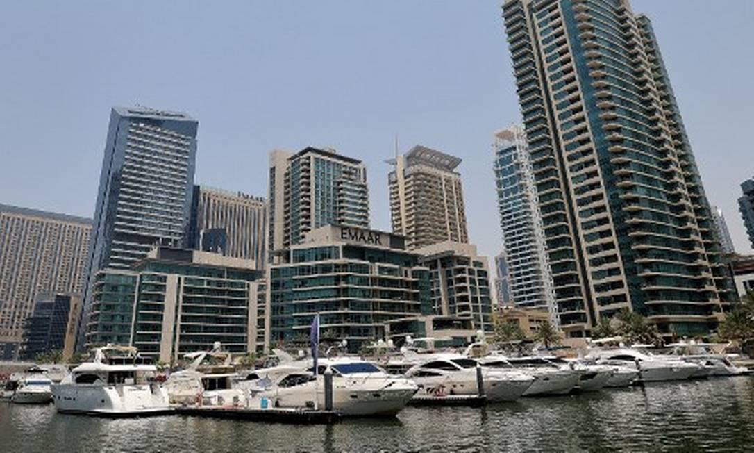 Iates de luxo ancorados na Marina de Dubai, que ganhou a reputação de viagens de luxo durante a pandemia Foto: KARIM SAHIB / AFP