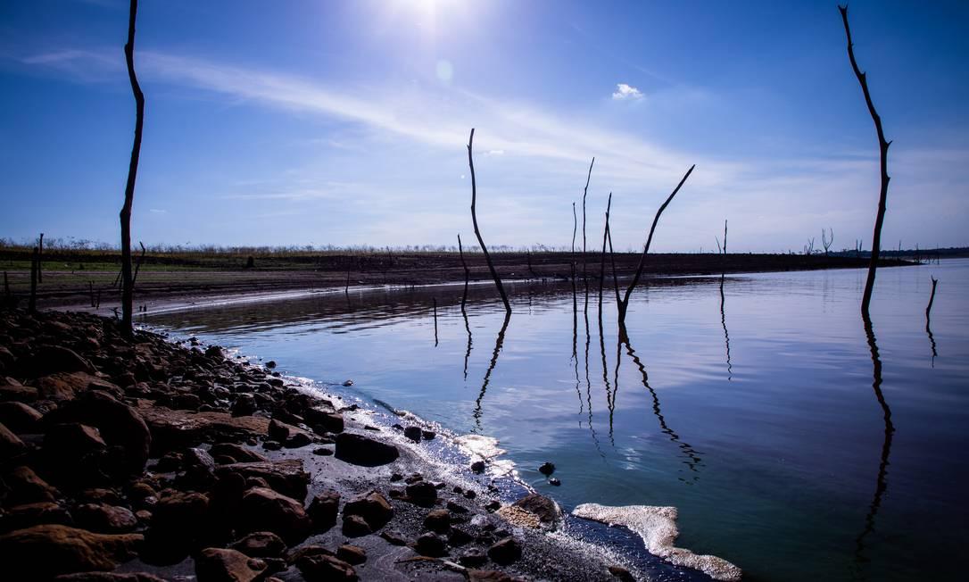 Lago da hidrelétrica de Marimbondo, no interior de São Paulo, praticamente sem água. Governo quer reduzir uso da água para turismo e pesca Foto: Ferdinando Ramos / Agência O Globo