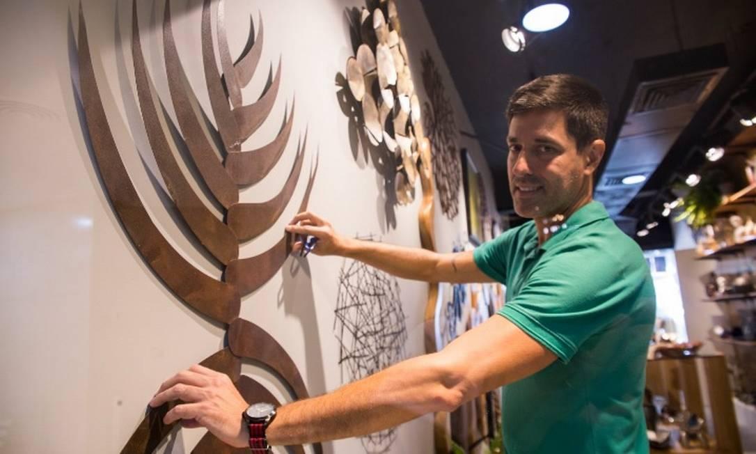 Zeca Rondarte, arquiteto e responsável pela loja Hand Design, aderiu à tarifa branca e conseguiu reduzir a conta de luz em 15% Foto: Maria Isabel Oliveira/Agência O Globo