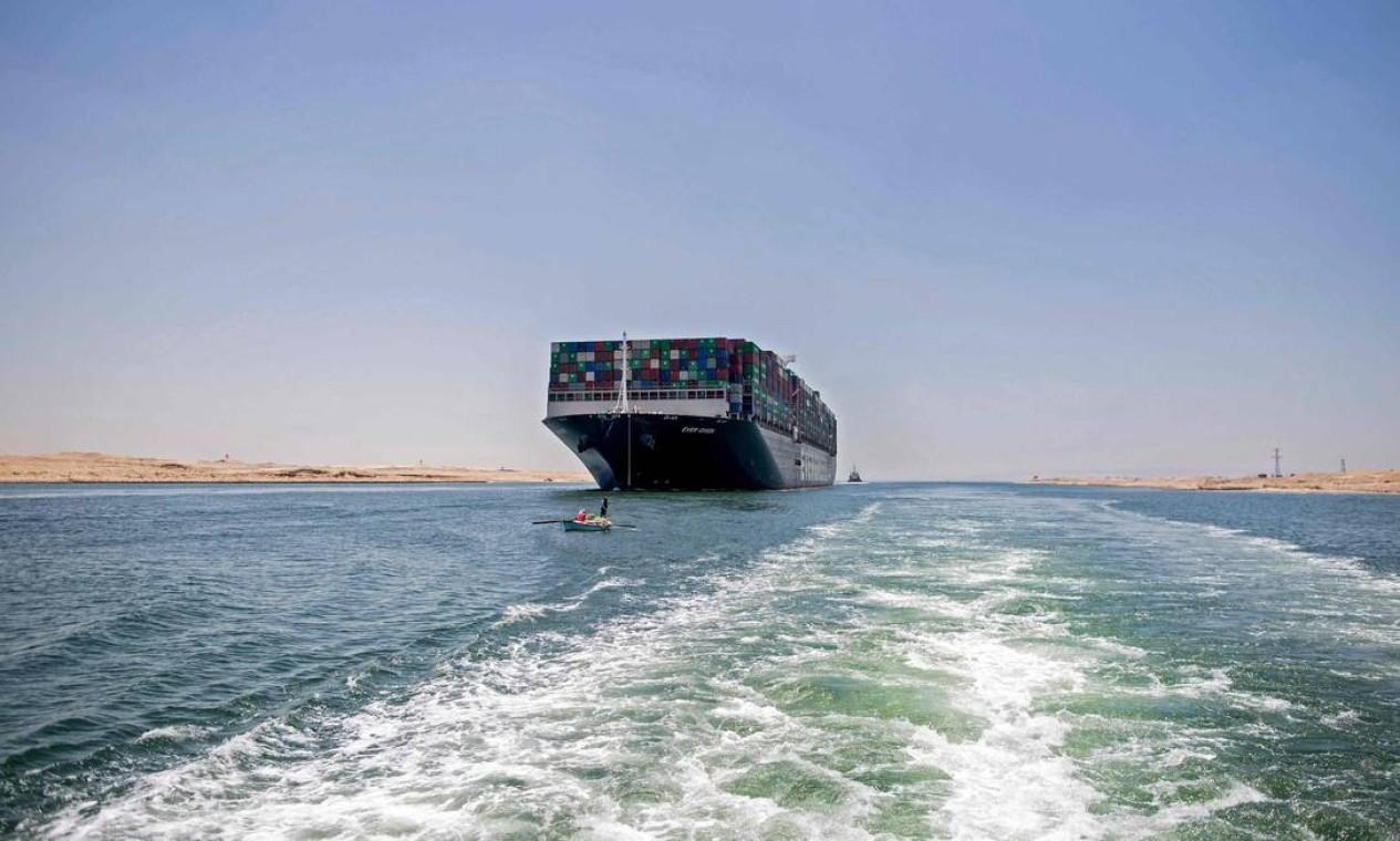 Depois de quase quatro meses, o porta-containeres Ever Given, que ficou encalhado no Canal de Suez por seis dias em março, levantou âncora depois que as autoridades egípcias e o proprietário japonês do navio assinaram um acordo para liberar a embarcação. Foto: MAHMOUD KHALED / AFP