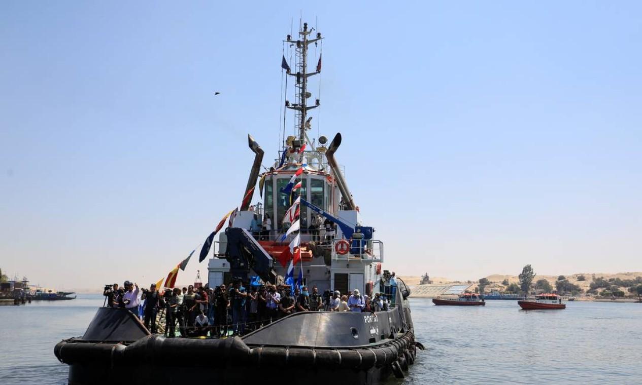 Repórteres, fotógrafos e cinegrafias viajam em um barco a caminho da área onde o Ever Given, um dos maiores navios de contêineres do mundo, inicia a operação para deixar o Canal de Suez Foto: AMR ABDALLAH DALSH / REUTERS