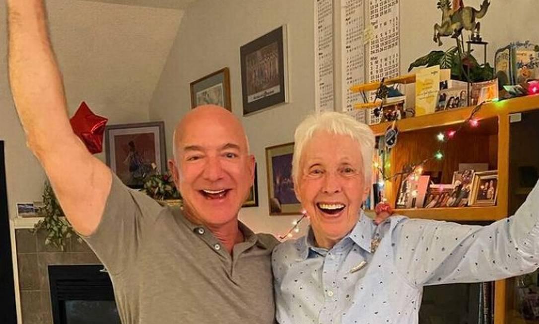 Jeff Bezos e Wally Funk. O bilionário, dono da Amazon e da empresa de foguetes Blue Origin, vai ao espaço com pioneira do setor aeroespacial no dia 20 de julho Foto: Reproduçao/Instagram