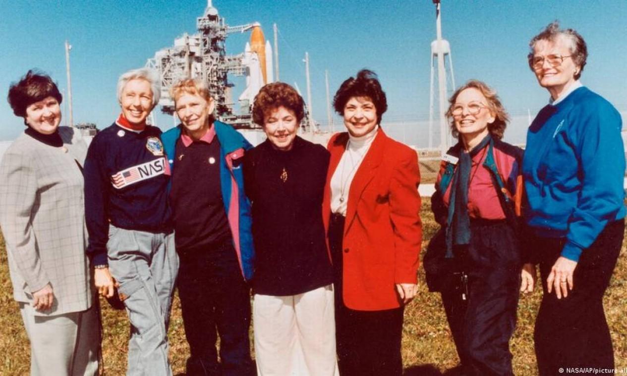 """Na foto, Wally Funk em segundo lugar, da esquerda para a direita. Pilota participou do projeto """"Mercury 13"""", da Nasa, em que grupo de mulheres realizou treinamento para astronautas Foto: Reprodução/NASA/AFP"""