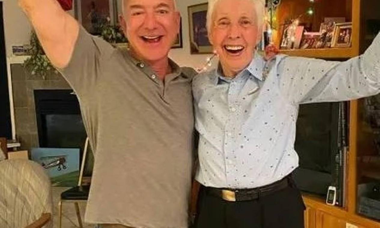 Jeff Bezos e Wally Funk. O bilionário, dono da Amazon e da empresa de foguetes Blue Origin, vai ao espaço com pioneira do setor aeroespacial no dia 20 de julho Foto: Reprodução/Instagram