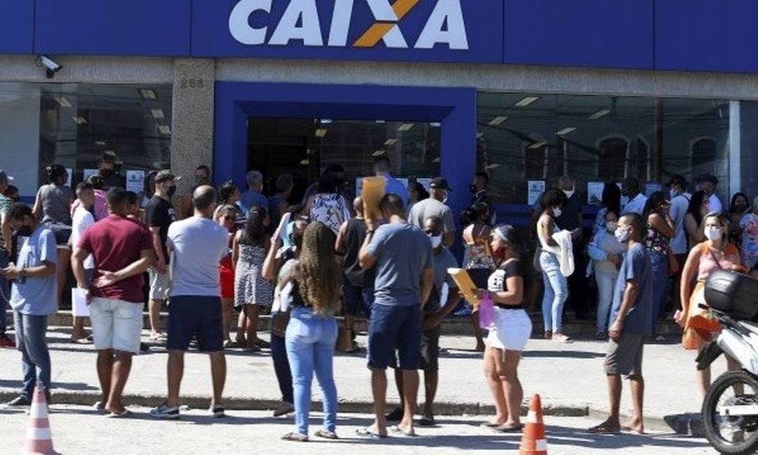 Fila na Caixa Econômica Federal para o recebimento do auxílio emergencial Foto: Fabiano Rocha/Agência O Globo