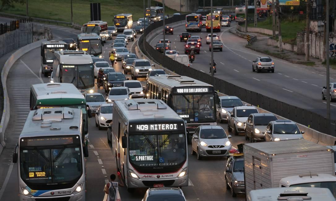 Discórdia: Concessionárias de ônibus regulares fazem pressão junto a órgãos reguladores para barrar atuação de 'apps' Foto: Márcio Alves / Agência O Globo