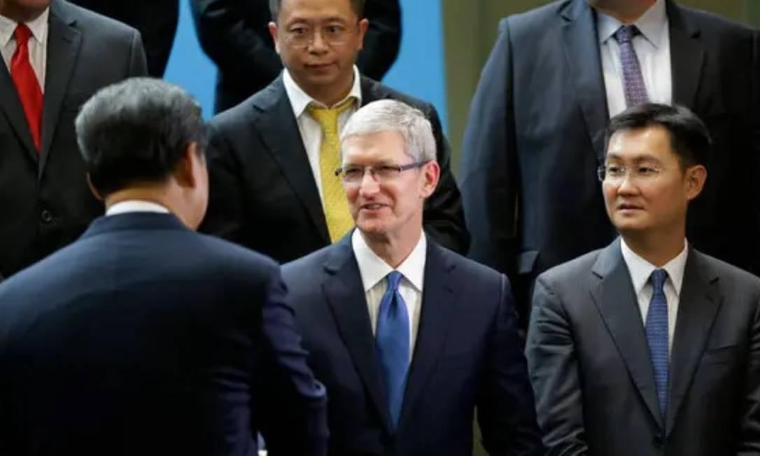 Presidente da China, Xi Jinping (no canto inferior esquerdo, de costas) cumprimenta Tim Cook, da Apple, ao lado de Pony Ma, da Tencent, na reunião de líderes globais de tecnologia em Seattle, em 2015 Foto: Pool/Arquivo