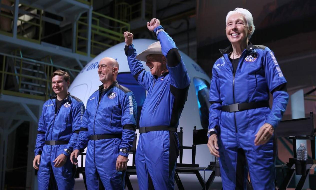 Na viagem histórica da Blue Origin, Bezos esteve acompanhado de mais três tripulantes: seu irmão Mark Bezos, a pioneira espacial Wally Funk, de 82 anos, e o estudante de apenas 18 anos Oliver Daemen. Os dois útimos são a pessoa mais velha e a mais nova a irem para o espaço. Foto: JOE RAEDLE / AFP