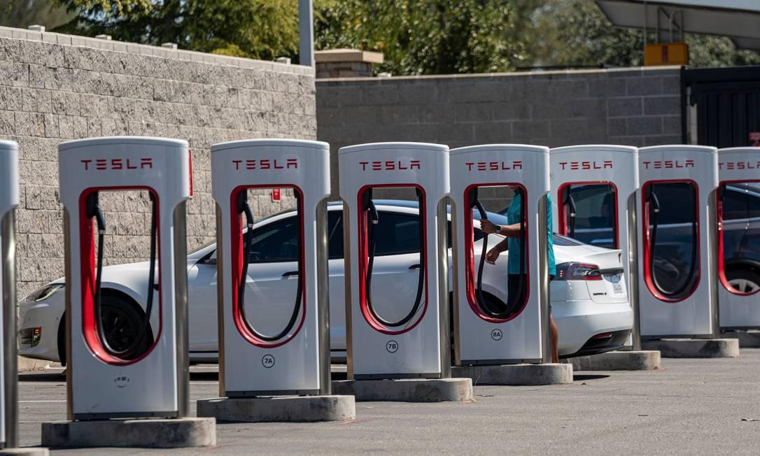 Veículos da Tesla em estações de carregamento Foto: David Paul Morris / Bloomberg