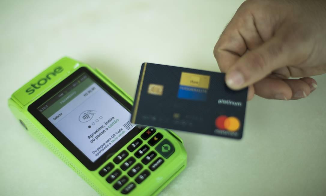 Tecnologia - A uma distância de 4cm, entre cartão e maquininha, é possível realizar transação Foto: Guito Moreto / Agência O Globo
