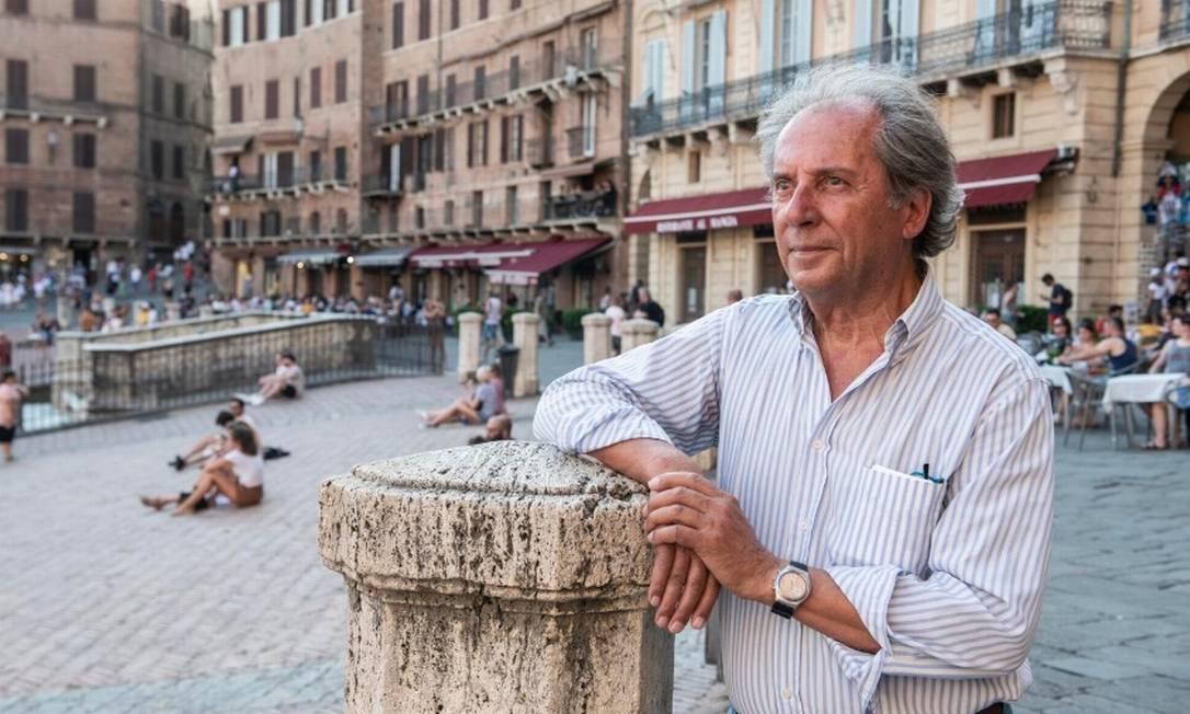 Il giornalista Maurizio Bianchini, già responsabile della comunicazione della Banca Monte dei Paschi di Siena, nella piazza centrale della città, dove si svolge il Palio, una tradizionale corsa di cavalli che si tiene due volte nell'estate europea.Foto: Susan Wright / The New York Times