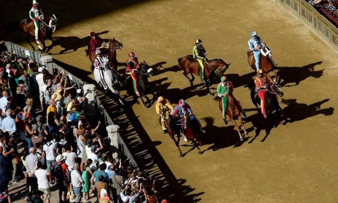 Cavaleiros fazem o ensaio chamado 'Provaccia' na Piazza del Campo, antes da histórica corrida de cavalos italiana ''Palio di Siena '' Foto: AFP