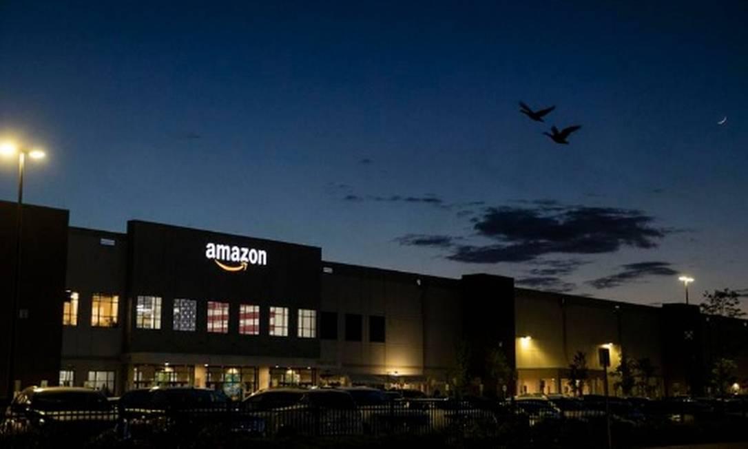 Um centro de distribuição da Amazon em Staten Island, em Nova York. Gigante do e-commerce ultrapassou o Walmart em vendas Foto: Dave Sanders/The New York Times