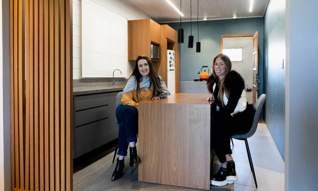 Francielle Santos (à esq.) foi a primeira funcionária da empresa da arquiteta Renata Pocztaruk a usar um novo benefício: a reforma de um cômodo da casa Foto: Divulgação