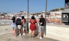 Turistas observam Lisboa a partir do elevador de Santa Justa Foto: Gian Amato