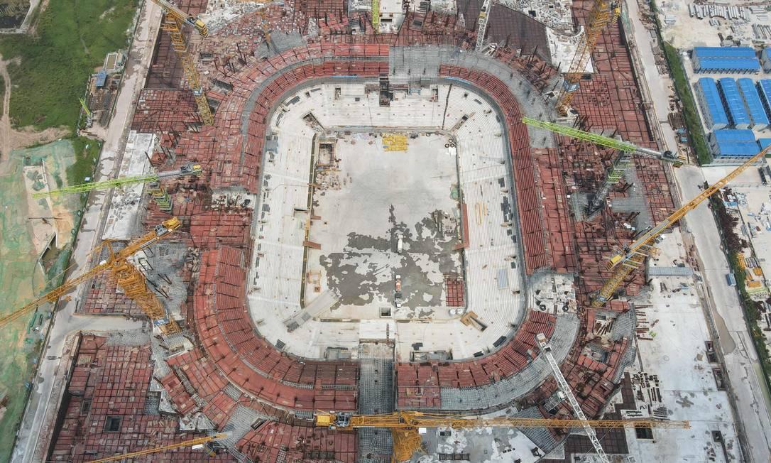 Vista aérea do estádio de futebol Guangzhou Evergrande, apontado como o maior do mundo, que está sendo construído na província de Guangdong, no sul da China. Foto: STR / AFP