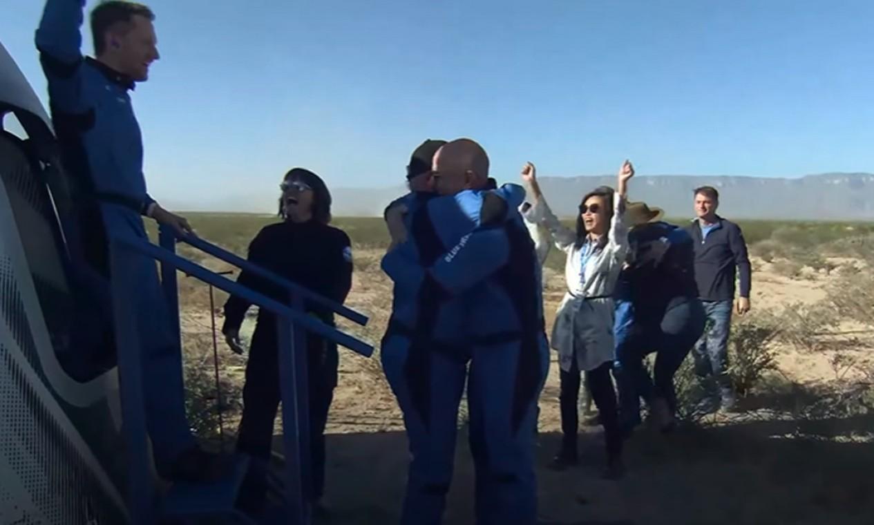 O ator William Shatner, o capitão Kirk de Jornada das Estrelas, abraça Jeff Bezos, dono da Blue Origin, após aterrisagem no Texas: aos 90 anos, o ator se tornou a pessoa mais velha a ir ao espaço, após participar de um voo da New Shepard Foto: Reprodução/Blue Origin