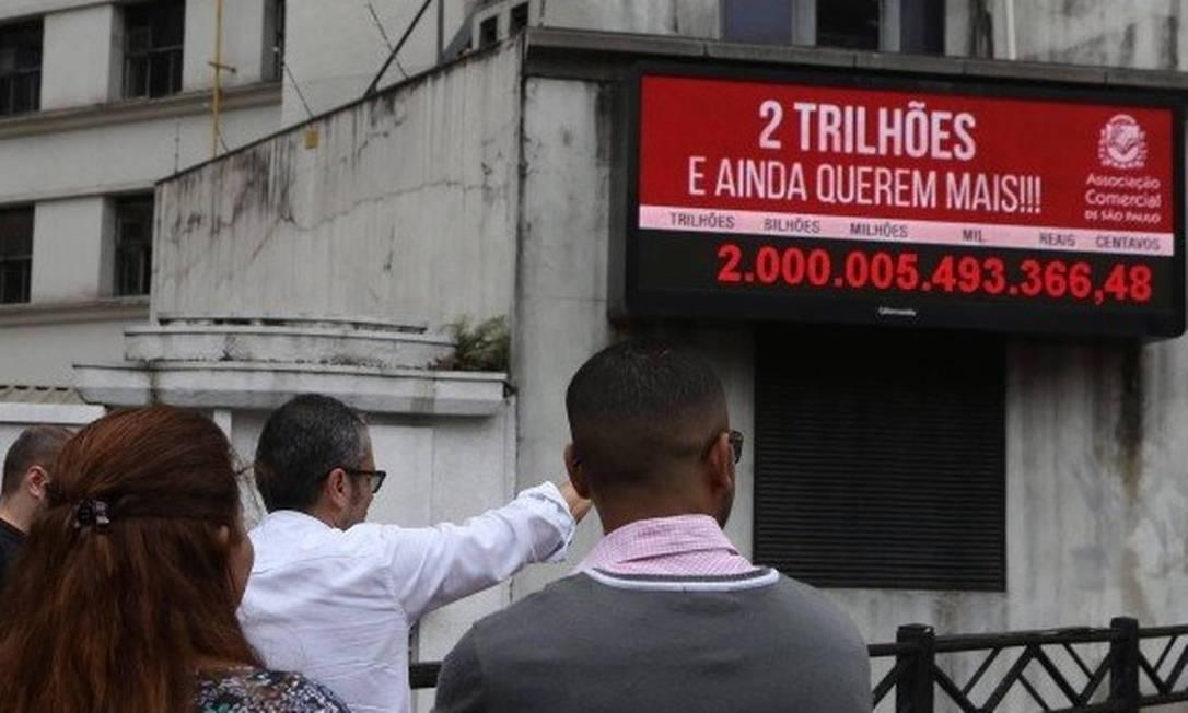 Impostômetro é um painel luminoso fixado na sede da Associação Comercial, na Rua Boa Vista, no centro de São Paulo, que mostra quanto o brasileiro paga de impostos Foto: Márcio Alves/Agência O Globo