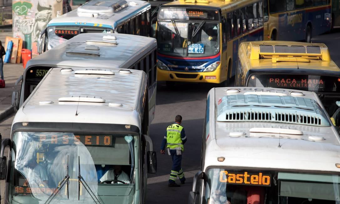 Ônibus amontoados na Avenida Rodrigues Alves Foto: Gabriel de Paiva / Arquivo